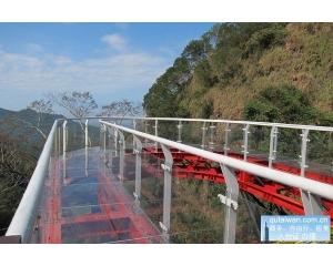 南投龙凤瀑布空中步道全透明设计带来漫步云端感