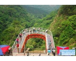 中寮乡龙凤瀑布空中步道整座桥梁采透明俯视50公尺深的山谷
