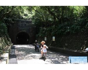 旧草岭自行车道骑行穿越隧道、欣赏海岸与山林风光