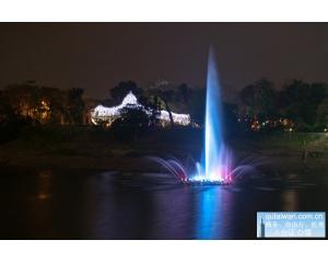 嘉义兰潭音乐喷泉35根水柱打造全台最大水舞