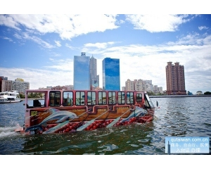 游览高雄爱河不同的船价格有差异,鸭子船/爱之船