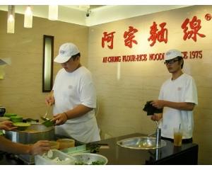 台北阿宗面线滑润的面线,配上卤过后QQ的大肠吃了还想吃