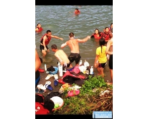 台湾中学生把日月潭变澡堂轻艇选手拿沐浴乳露天洗澡