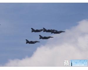 中国轰六军机绕行台湾警告F16请离开 否则后果自